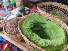The Kun-ya set is made of leaves, broken pieces of some nut, a pot of lime paste and a variety of fillings (herbs)