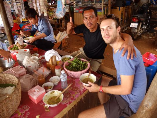 Breakfast with a policeman in the Kampong Chhnang market