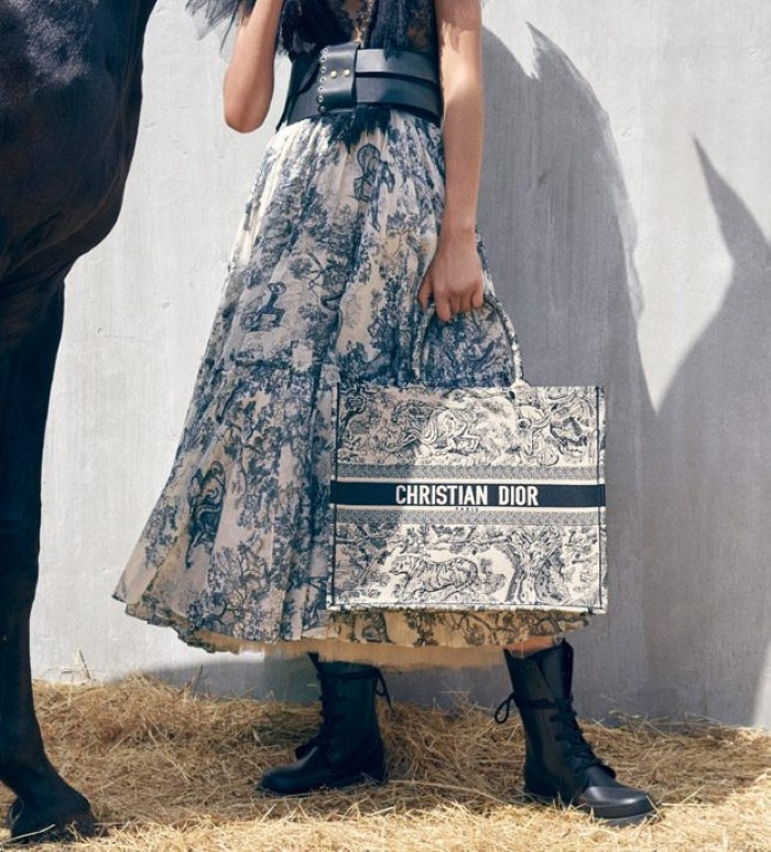 www.pegasebuzz.com   Selena Forrest by Vivienne Sassen for Dior Cruise 2019 campaign.