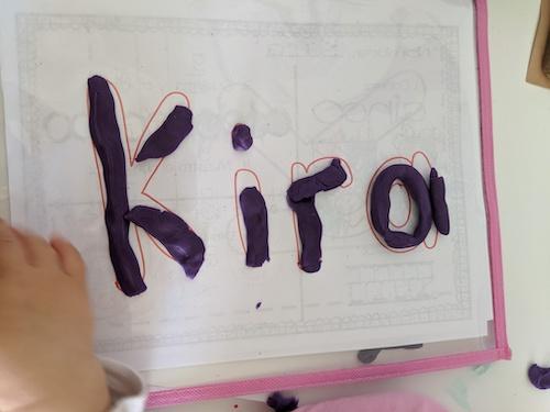 Kira aprendiendo su nombre usando plastilina