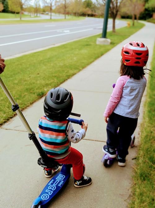 dos niños en scooter