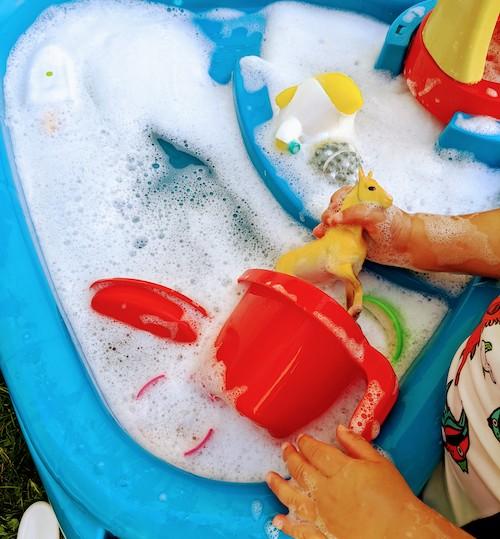 niños jugando con agua con jabón