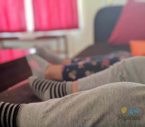dos niños viendo la tele