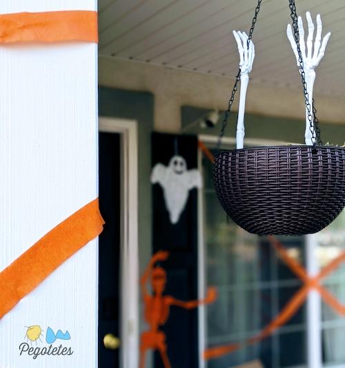 Esqueletos, fantasmas, cintas naranjas y manos a la entrada de casa