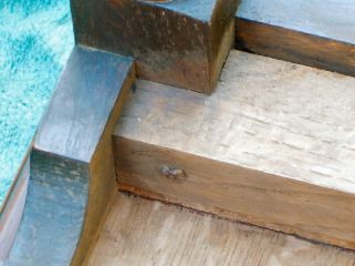 One of the nails securing the right drawer guide to the front right leg (table upside-down).