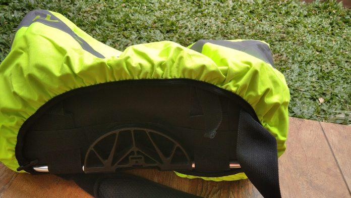 Mantel tidak menutupi bagian bawah tas