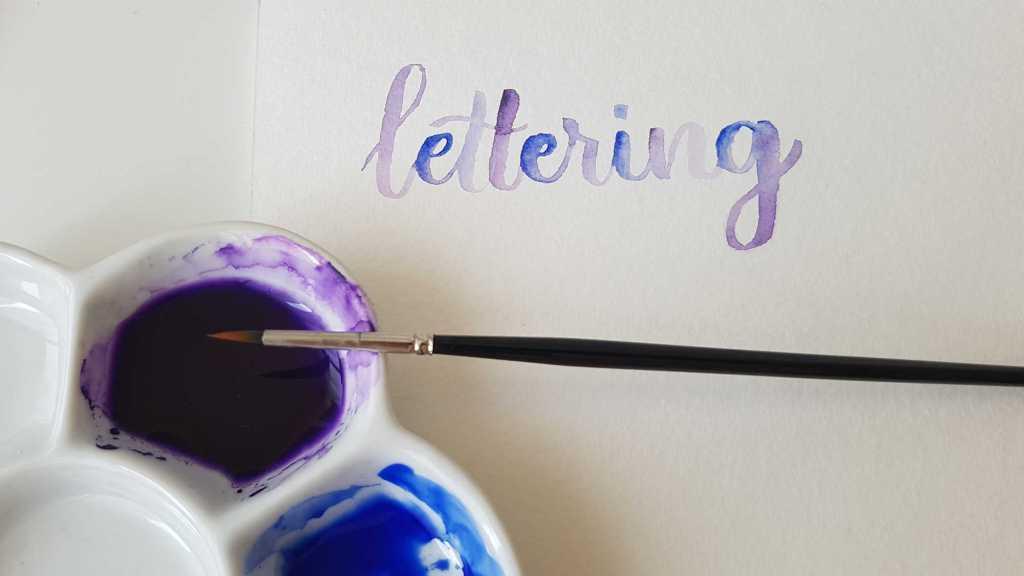 Lettering à l'aquarelle avec deux couleurs
