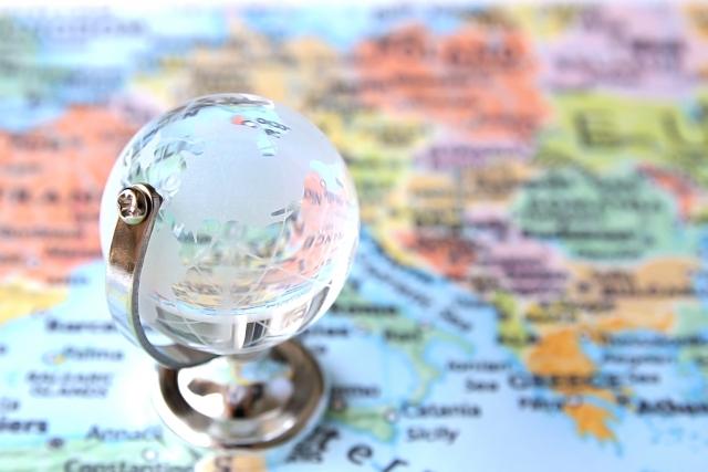 紙の地図と地球儀