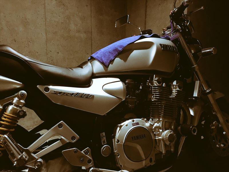 雨の日の車庫とバイク