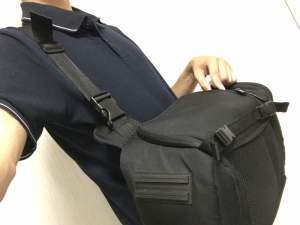Amazonベーシックのスリングバッグから機材を取り出す