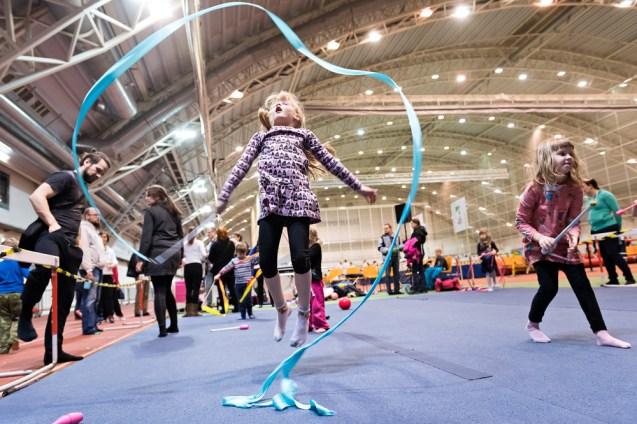 Milja Vakkeri kokeilee voimistelunauhaa Lasten Liikuntapeuhula -tapahtumassa Jyväskylän Hipposhallissa 5.2.2017.