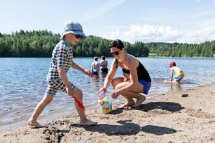 Sinilevä puhuttaa. Pauliina ja Ukko Kokkonen Mattilanniemen uimarannalla. Jyväskylä 10.7.2017.