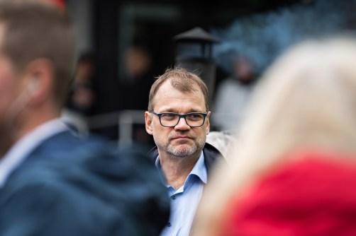 Juha Sipilä hernerokkatarjoilussa Kauppakadulla. Jyväskylä 22.9.2018.