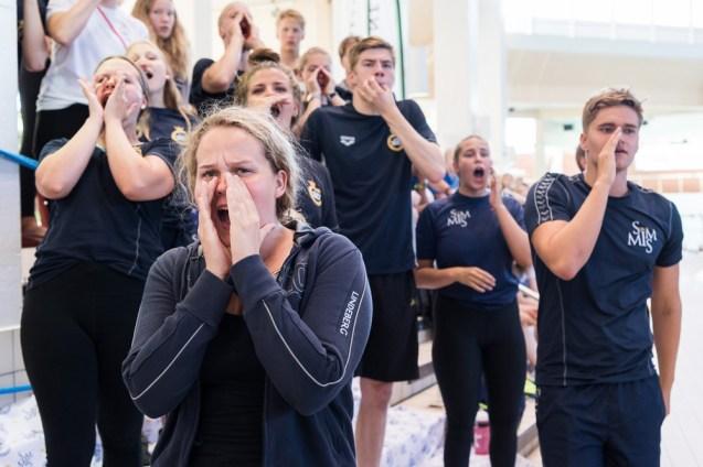 Simmis-uimaseuran jäsenet kannustavat seuratoveriaan SM-uinneissa. Jyväskylä 1.7.2018.
