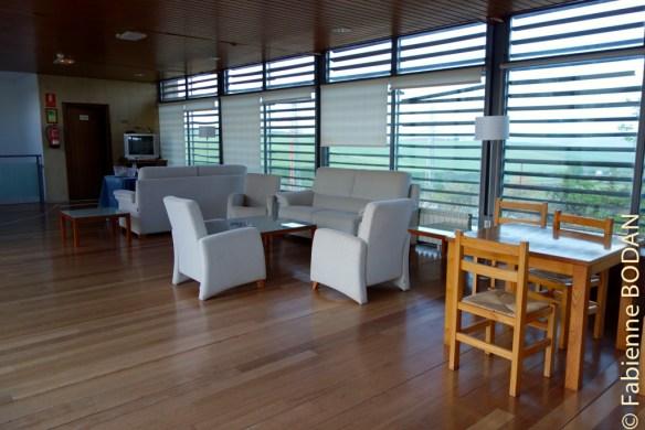 A l'étage, une grande pièce de détente, avec un espace salon, des tables et des chaises où écrire. © Fabienne Bodan