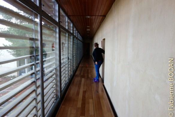 Le couloir de l'étage menant aux chambres et dortoirs. © Fabienne Bodan