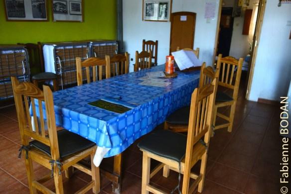 Une grande table commune dans une salle à manger-salon-cuisine © Fabienne Bodan