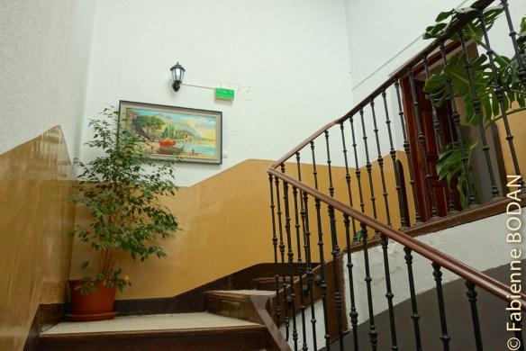 La Pension est installée dans une maison de caractère, avec un très bel escalier en pierre. © Fabienne Bodan