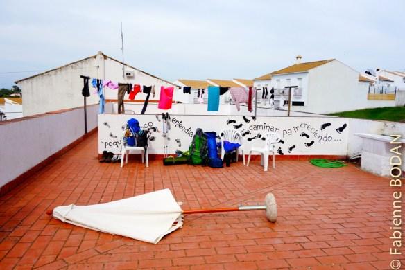 A notre arrivée vers 15h, l'auberge était complète. L'hospitalière nous a proposé de dormir...sur la terrasse, par terre, car il n'y avait pas de matelas disponibles ! © Fabienne Bodan