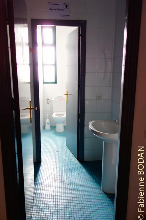 Deux salles de bains-WCs pour 30 lits. Là aussi, il faut savoir être patient ! © Fabienne Bodan