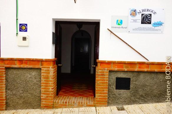 Le propriétaire de l'albergue d'Almaden de la Plata, Antonio, consacre le premier étage de sa maison d'habitation à l'hébergement de pèlerins. © Fabienne Bodan
