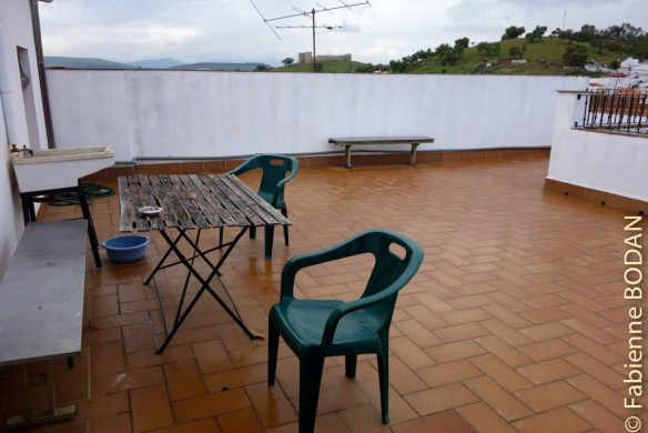 Les pèlerins disposent d'une grande terrasse où ils peuvent se prélasser et faire sécher leur linge © Fabienne Bodan
