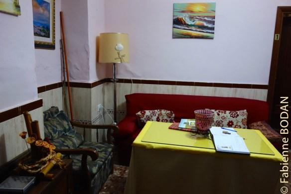 Une grande pièce commune avec un espace salon et une grande table. © Fabienne Bodan