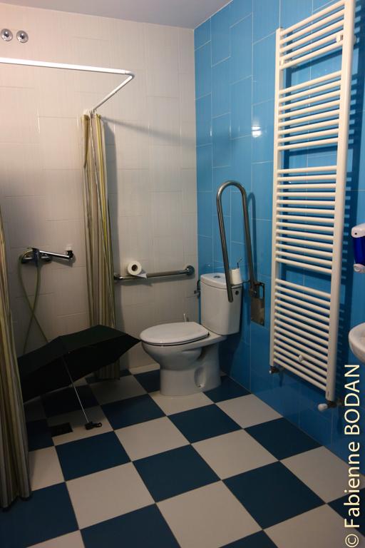 AU rez-de-chaussée, une salle de bains mais dont la douche est actuellement hors service ! © Fabienne Bodan