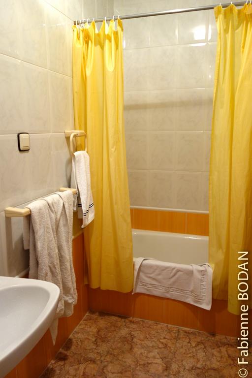 ...une salle de bains avec une baignoire...sabot certes, mais suffisante pour prendre un bon bain ! © Fabienne Bodan