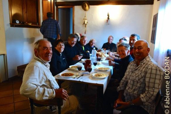 Dans ce type d'auberge, tout le monde dîne à la même table, dans une belle atmosphère. © Fabienne Bodan