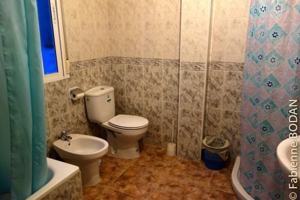 La salle de bains commune pour les chambres qui n'en disposent pas. © Fabienne Bodan