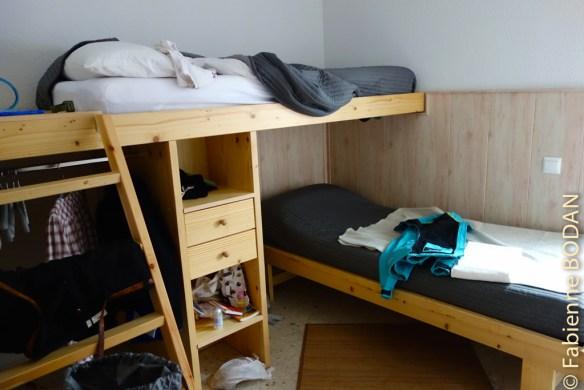 Après le salon (ci-dessus), les chambres comportent 2 lits superposés en bois, mais disposés perpendiculairement, de sorte que les deux personnes disposent de leur petit espace personnel. © Fabienne Bodan