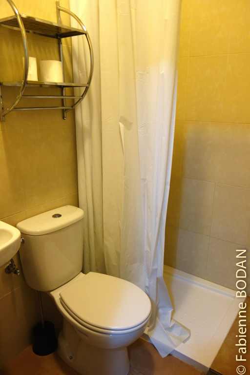 Chaque chambre dispose d'une salle de bains privée, petite mais fonctionnelle, avec douche. © Fabienne Bodan