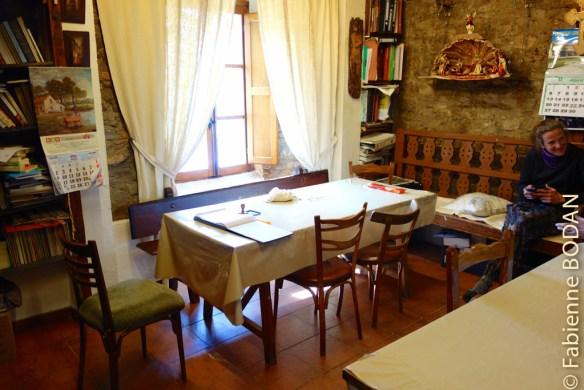 Le bureau d'accueil des pèlerins, qui fait aussi office de salle commune et de salle à manger. © Fabienne Bodan