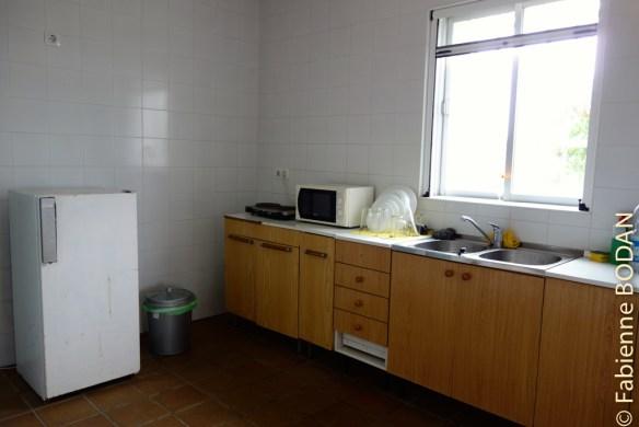 La cuisine...un peu déglinguée et d'une propreté un peu douteuse. Elle ne nous a pas donné envie de cuisiner. Dommage, car la salle à manger, elle, invitait à un repas comme à la maison. © Fabienne Bodan