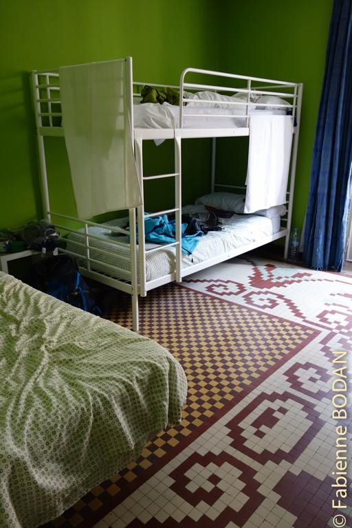 Notre chambre à 3 lits, avec un balcon donnant sur la Rua Mayor. © Fabienne Bodan