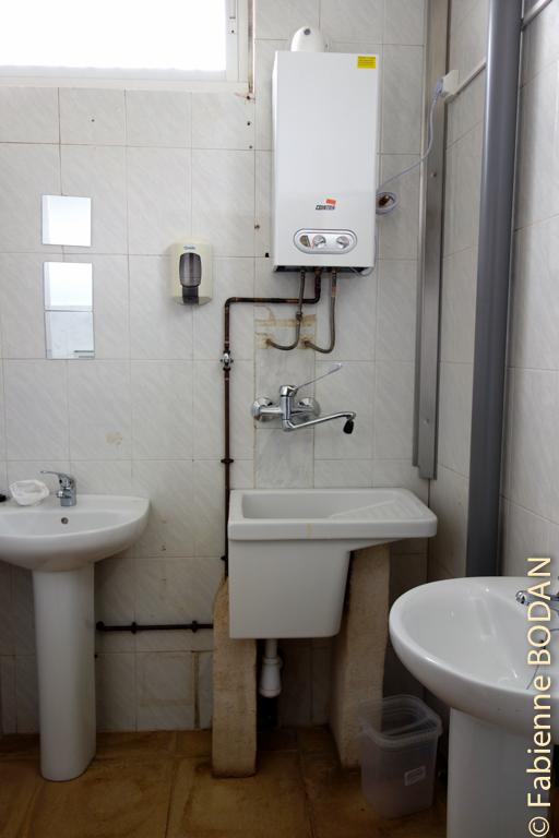 Salle de douches suite, avec un bac pour laver le linge. © Fabienne Bodan