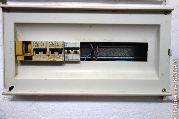 Le tableau électrique...dans la salle de douches...qui n'est pas de première fraîcheur... © Fabienne Bodan
