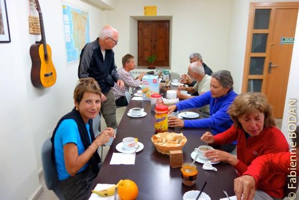 Les hospitaliers préparant le petit déjeuner pour les pèlerins tous les matins. © Fabienne Bodan