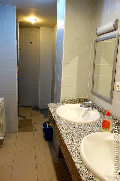 Pour les chambres sans salle de bains privative, il existe une salle de bains pour les hommes et une autre pour les femmes. © Fabienne Bodan