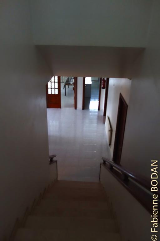 Descendez l'escalier (pour moi ce fut une vraie galère avec une entorse toute fraîche et l'impossibilité de poser le pied par terre !!! © Fabienne Bodan