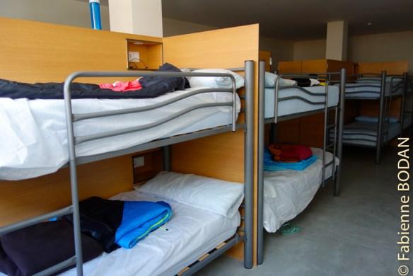 Des cloisons séparer les literas, chaque lit dispose d'un locker, d'une lampe individuelle et d'une prise électrique...© Fabienne Bodan