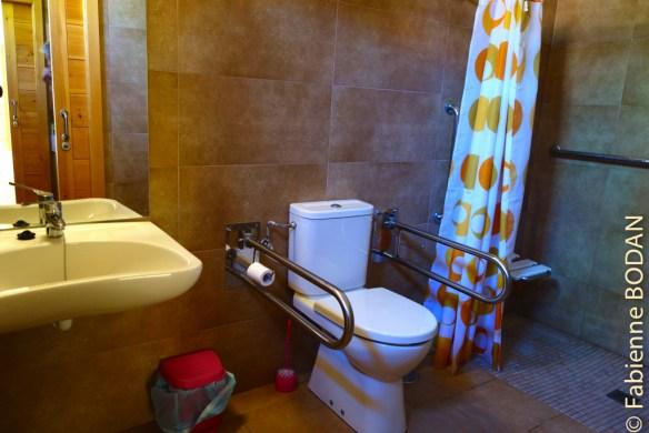 La salle de douches des femmes, équipée pour les handicapés...© Fabienne Bodan