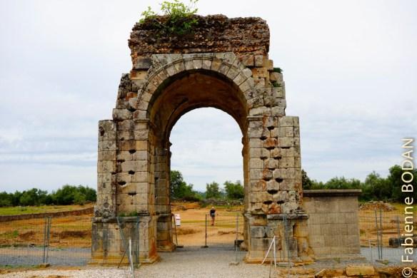 Lieu mythique de la Via de la Plata s'il en est, l'Arc de Caparra. Déjà 400 kilomètres parcourus depuis Séville. © Fabienne Bodan