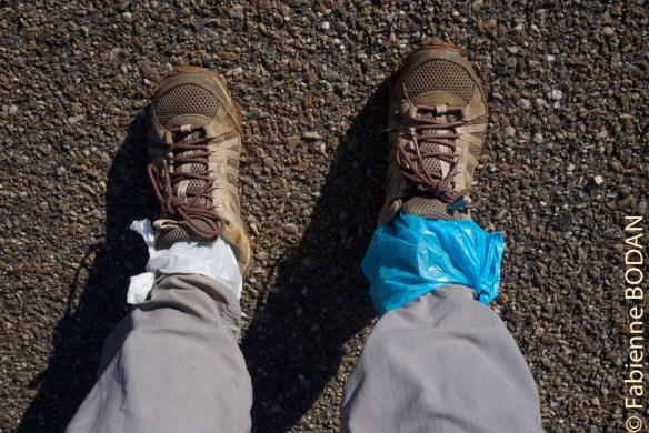 A chacun ses astuces. Mes chaussures n'étant pas imperméables, je protège mes chaussettes de l'humidité en mettant mes pieds dans des sacs plastique. Cette solution n'est pas très respirante, je vous l'accorde, mais cependant efficace ! © Fabienne Bodan