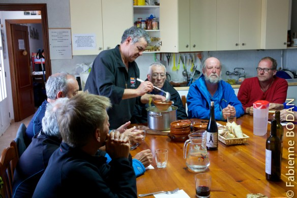 A Tabara, notre hospitalier nous a préparé un dîner. Tous les pèlerins sont réunis autour de la grande table de la pièce à vivre. José nous demande de nous mettre d'accord sur l'heure du petite déjeuner. Ce sera 7h pour tout le monde. © Fabienne Bodan