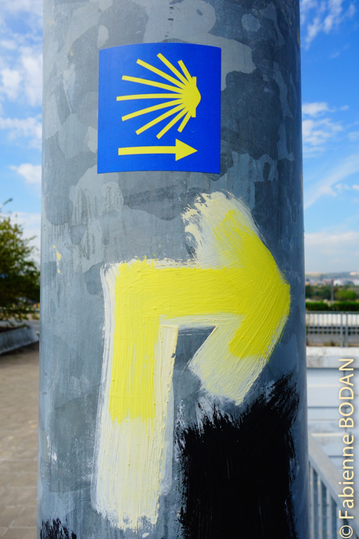 Comme toujours, il n'a a pas de secret : la flèche jaune vous conduira vers Saint Jacques de Compostelle. © Fabienne Bodan