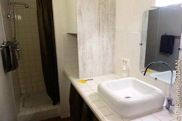Au fond du dortoir, la salle de bains. On regrette cependant le manque d'aération...© Fabienne Bodan