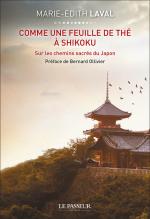 """Livre """"Comme une feuille de thé à Shikoku"""" de Marie-Édith Laval Une aventure rare sur le plus long chemin sacré du Japon : la pèlerinage sur l'île de Shikoku. 1200 kilomètres emplis de vie, de fraîcheur et d'émerveillement. Un tour de l'âme en 88 temples."""