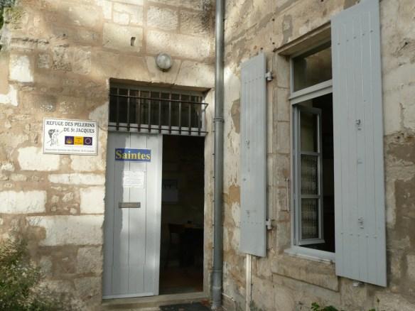 L'entrée du refuge près de l'église Saint-Eutrope